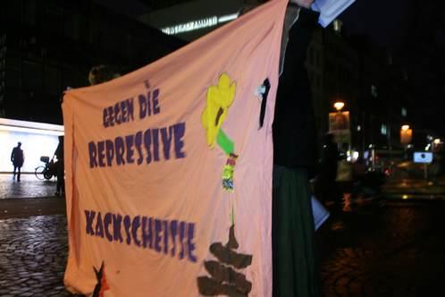 Transparent Gegen die Repressive Kackscheiße
