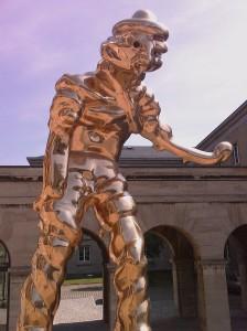 Thomas Schütte: »Großer Geist«. (Plastik vor dem Neuen Museum in Weimar.) Bronze poliert, farblos lackiert. Entwurf 1997, Ausführung 1998.