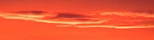 Roter Wolkenstreifen bei Sonnenaufganb