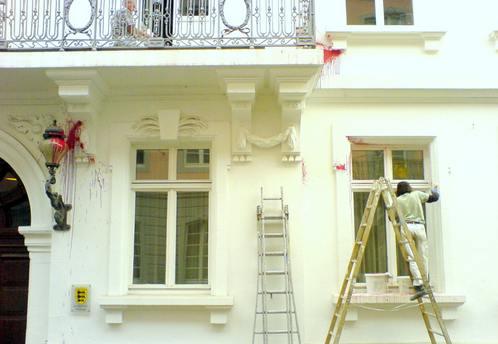 Überwachungskamera zum Schutz der Landegericht-Fassade