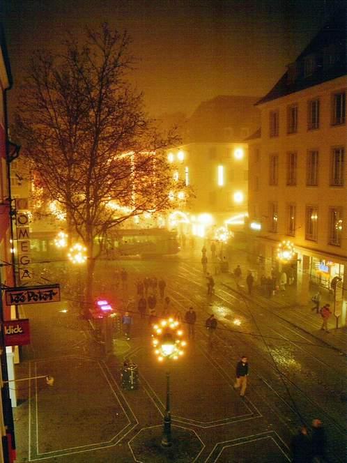 Bertoldsbrunnen, Freiburg im Breisgau. Nebel und Weihnachtsbeleuchtung. Winter 2004