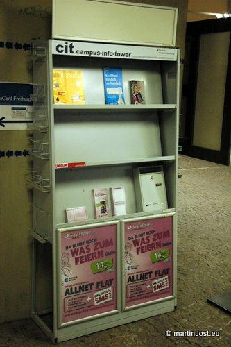 """""""cit – campus info tower"""" ist vielleicht nur Bullshit-Sprech für ein überschätztes Bücherregal für Werbematerialien. Komplett mit Freiburgs most random Briefkasten."""