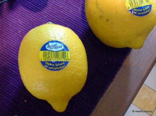 Eine Zitrone mit einem Aufkleber, auf dem es heißt: Meine Schale ist verzehrbar.