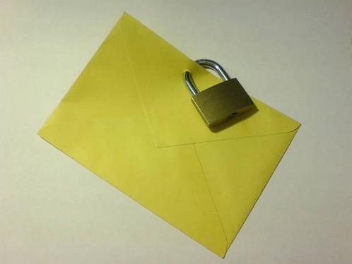 Ein Briefumschlag, mit einem Vorhängeschloss verschlossen