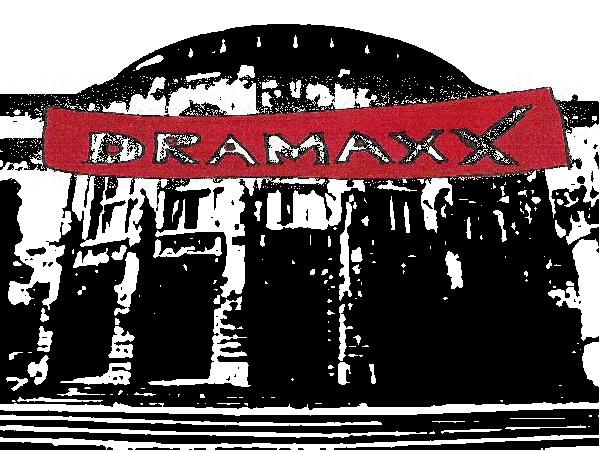 Das Freiburger Theater mit dem Logo einer Multiplex-Theater-Kette
