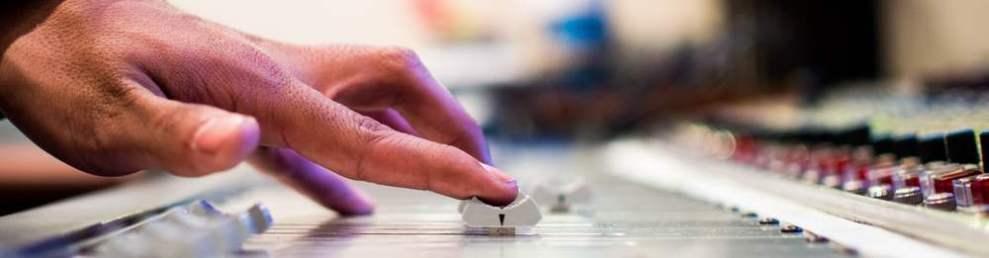 Ein Finger schiebt einen Radioregler