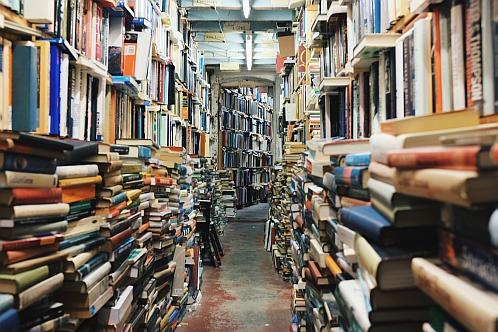 Ein langer Flur voller Bücherstapel