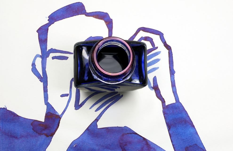 Foto aus der Reihe Sunday Sketches von Christoph Niemann zeigt einen Fotografen, gemalt in blauer Tusche, mit einem Tuscheglas als Kamera