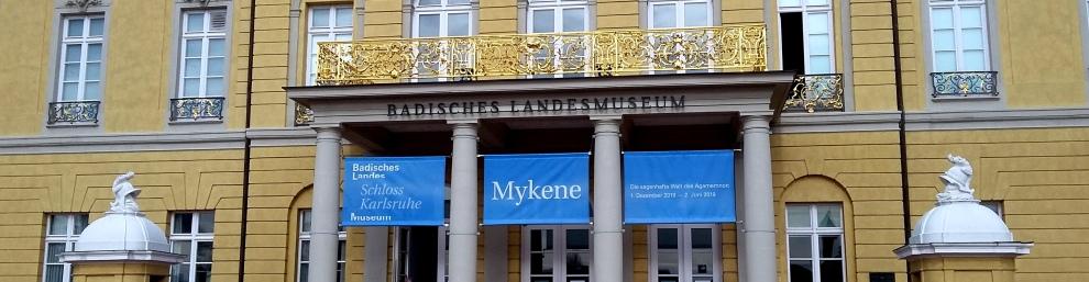 Schloss Karlsruhe Eingangsportal mit Banner für die Mykene-Ausstellung